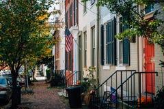 Casas de fileira do tijolo na cidade velha, Alexandria, Virgínia foto de stock royalty free