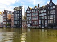 Casas de fileira na água em Amsterdão Fotos de Stock Royalty Free