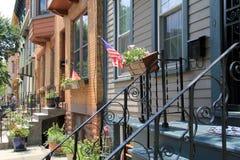 Casas de fileira puras e em ordem na rua secundária quieta na cidade Fotografia de Stock Royalty Free