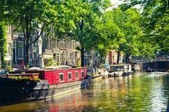 Casas de flutuação em Amsterdão, Países Baixos Fotos de Stock Royalty Free
