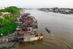 Casas de flutuação em Chau Doc, Vietname imagem de stock royalty free