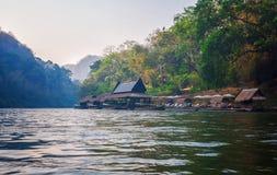 Casas de flutuação no rio Imagem de Stock Royalty Free
