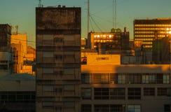 Casas de gran altura hechas del vidrio y del hormigón durante el amanecer en Buenos Aires imagenes de archivo