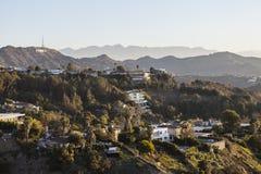 Casas de Hollywood Hills abaixo do sinal de Hollywood Fotografia de Stock Royalty Free