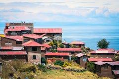 Casas de isla de Taquile y lago Titicaca Imagenes de archivo