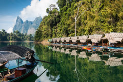 Casas de la balsa de la orilla del lago, Khao Sok National Park Fotografía de archivo libre de regalías