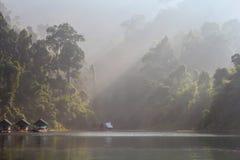 Casas de la balsa en el lago Lan de Cheow Fotos de archivo libres de regalías