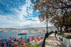 Casas de la cáscara y de grúas históricas en un puerto de Valparaiso Imagen de archivo