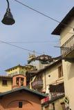 Casas de la ciudad Brunate Imágenes de archivo libres de regalías