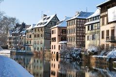 Casas de la ciudad de Estrasburgo durante invierno Imagen de archivo libre de regalías