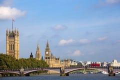 Casas de la ciudad de Londres del parlamento, paisaje del puente del río Támesis, espacio de la copia Foto de archivo