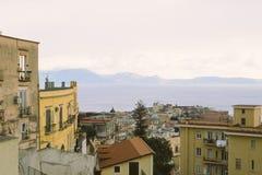 Casas de la ciudad y golfo de Nápoles en Italia imagen de archivo libre de regalías