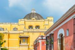 Casas de la iglesia y del colonial de Merced del La en la opinión de la calle del tha de Antig Imagenes de archivo