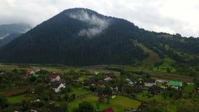 Casas de la montaña con las nubes en la meseta de Ayder, almacen de metraje de vídeo