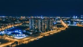 Casas de la noche de Timelapse en el hpperlapse del abejón de la ciudad de Riga, panorama almacen de metraje de vídeo
