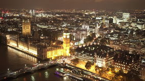 Casas de la opinión aérea del parlamento y de Big Ben por noche almacen de video