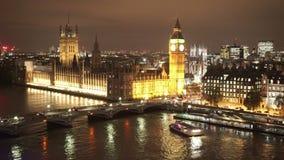 Casas de la opinión aérea del puente y de Big Ben de Westminster del parlamento por noche almacen de metraje de vídeo