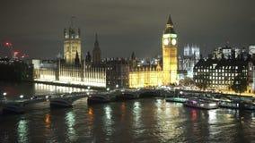 Casas de la opinión aérea del puente y de Big Ben de Westminster del parlamento por noche metrajes