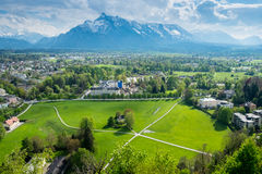 Casas de la visión aérea en las montañas de la montaña del fondo de la ciudad de Salzburg imagenes de archivo