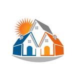 Casas de las propiedades inmobiliarias y logotipo del sol Imágenes de archivo libres de regalías