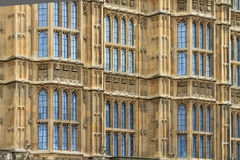 Casas de los detalles de la fachada del parlamento (fondo), Londres Imagen de archivo