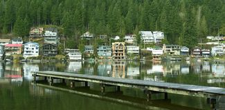 Casas de los hogares de las cabañas del lago A.C. Fotografía de archivo