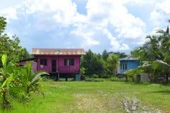 Casas de los zancos del pueblo de Malasia, coloridas Imágenes de archivo libres de regalías
