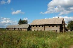 Casas de madeira abandonadas na vila russian Fotos de Stock Royalty Free