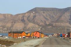 Casas de madeira coloridas ao longo da estrada no verão em Longyearbyen, Svalbard foto de stock royalty free