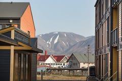 Casas de madeira coloridas ao longo da estrada no verão em Longyearbyen, Svalbard imagem de stock royalty free