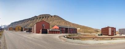 Casas de madeira coloridas ao longo da estrada no verão em Longyearbyen, Svalbard fotos de stock royalty free