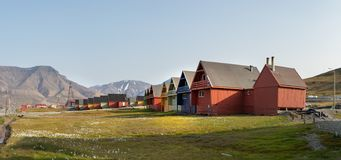 Casas de madeira coloridas ao longo da estrada no verão em Longyearbyen, Svalbard foto de stock