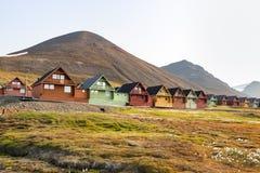 Casas de madeira coloridas ao longo da estrada no verão em Longyearbyen, Svalbard imagens de stock royalty free