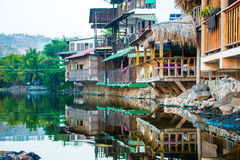Casas de madeira construídas sobre uma lagoa salgado no EL Tunco de Playa, EL Sa Imagens de Stock Royalty Free