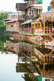 Casas de madeira construídas sobre uma lagoa salgado no EL Tunco de Playa, EL Sa Fotos de Stock