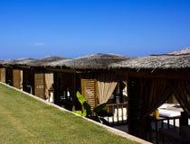 Casas de madeira da praia sob telhados de lingüeta marrons imagem de stock royalty free