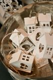 Casas de madeira do brinquedo em uma cesta para a venda Fotografia de Stock