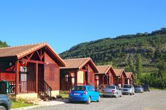 Casas de madeira do bungalow na área de acampamento Imagem de Stock Royalty Free
