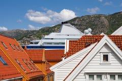 Casas de madeira em Bergen, Noruega. Navio de cruzeiros. Fotografia de Stock