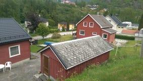 Casas de madeira em fiordes de Noruega imagem de stock royalty free