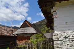 Casas de madeira em Vlkolinec, UNESCO em Eslováquia Foto de Stock