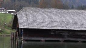 Casas de madeira na água em Baviera filme