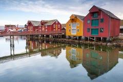 Casas de madeira na aldeia piscatória norueguesa fotografia de stock
