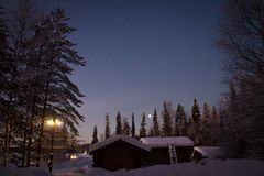 Casas de madeira no inverno na noite fotos de stock royalty free