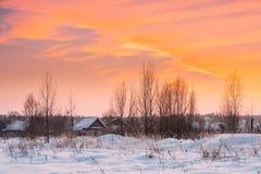 Casas de madeira no por do sol Dawn Sunrise Time do inverno imagens de stock
