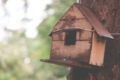 Casas de madeira para pássaros pequenos fotografia de stock