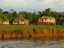 Casas de madeira pelo lado do rio Imagem de Stock Royalty Free