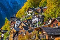 Casas de madeira tradicionais em Hallstatt, Salzkammergut, Áustria foto de stock