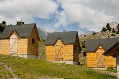 Casas de madeira tradicionais para turistas nos cumes albaneses fotografia de stock royalty free