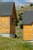 Casas de madeira tradicionais para turistas nos cumes albaneses imagem de stock royalty free